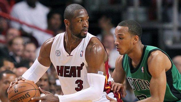 Hráč Miami Heat Dwyane Wade (vlevo) je střežen bostonským Bradleyem.