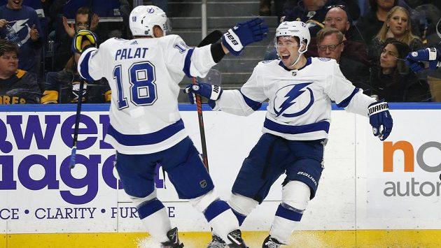 Hokejisté Tampy Bay Tampa Bay Tyler Johnson (9) a Ondřej Palát slaví gól proti Buffalu.