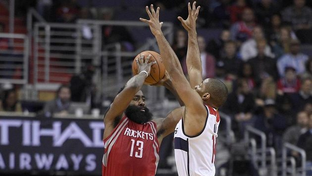 James Harden (13) z Houstonu a Gary Neal (vpravo) z Washingtonu.