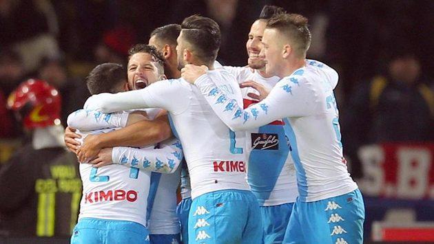 Fotbalisté Neapole se radují ze vstřeleného gólu do sítě Boloni.