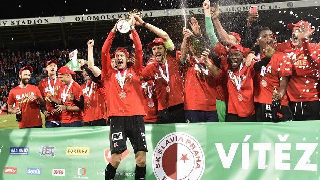Euforie fotbalistů Slavie po triumfu ve finále MOL Cupu.