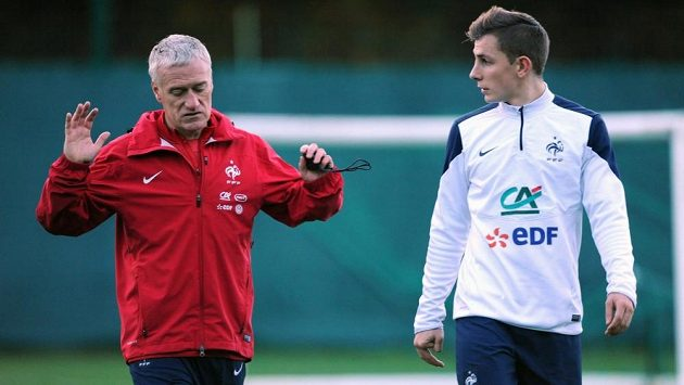 Trenér francouzských fotbalistů Didier Deschamps hovoří s obráncem Lucasem Dignem před přátelským duelem se Švédy.