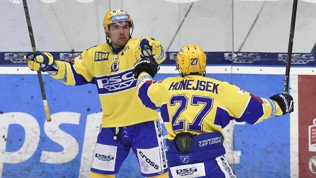 Roberts Bukarts (vlevo) a Antonín Honejsek ze Zlína se radují z gólu. Ilustrační snímek.