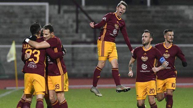 Fotbalisté Dukly se radují z gólu v utkání s Teplicemi, vlevo je střelec Uroš Djuranovič.