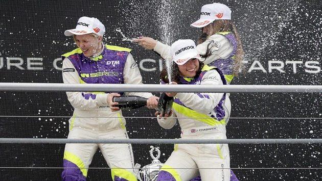 Alice Powellová (vlevo), Jamie Chadwicková (uprostřed) a Marta Garciaová oslavují na stupních vítězů ve W Series.