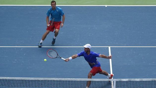 Čeští tenisté Adam Pavlásek (vzadu) a Radek Štěpánek v zápase proti Indickému páru Rohan Bopanna, Leandr Paes v baráži DC.