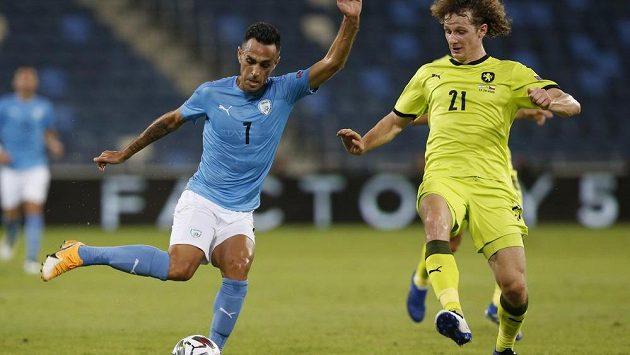 Alex Král (vpravo) brání během utkání národního týmu Eyala Golasu z Izraele.