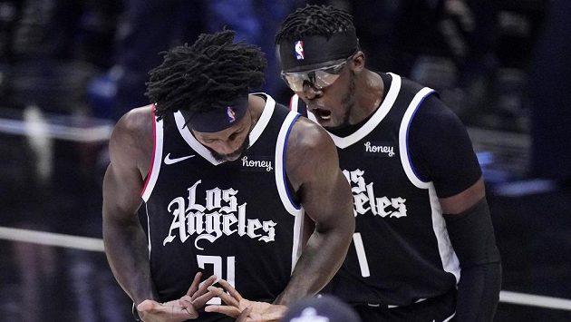 Basketbalisté Los Angeles Clippers Patrick Beverley (vlevo) a Reggie Jackson během třetího utkání finále Západní konference NBA