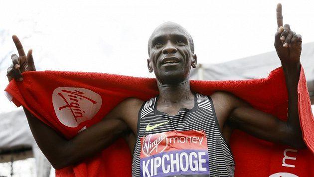 Eliud Kipchoge zaběhl v Londýně druhý nejrychlejší maratón všech dob.