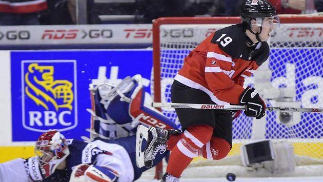 Kanaďan Nic Petan se raduje poté, co dokonal hattrick proti Slovensku v semifinálovém utkání MS juniorů do 20 let.