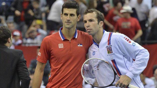 Srbský tenista Novak Djokovič (vlevo) a Radek Štěpánek na archivníms snímku před vzájemným daviscupovým utkáním v Bělehradě v roce 2013.