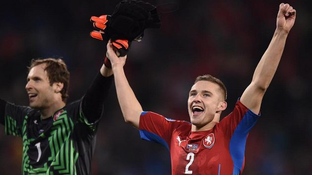 Petr Čech (vlevo) a Pavel Kadeřábek se radují z vítězství nad Islandem v kvalifikačním utkání v Plzni.