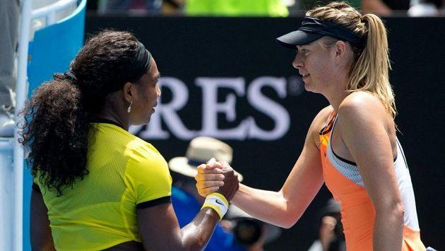 Maria Šarapovová (vpravo) a Serena Williamsová