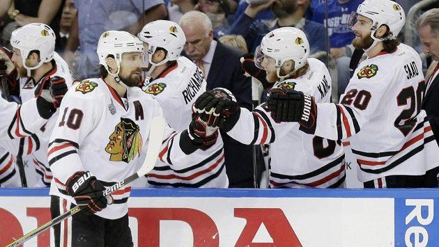 Patrick Sharp oslavuje gól v pátém finále NHL.
