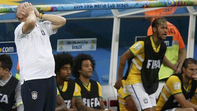 Zoufalými gesty nešetřil ani kouč Brazilců Luiz Felipe Scolari, vzadu zvedlo dění na hřišti z lavičky zraněného Neymara.