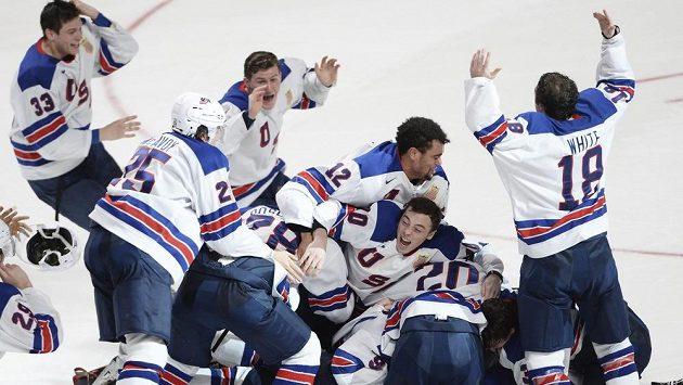Hokejisté USA se radují z triumfu ve finále MS do 20 let.