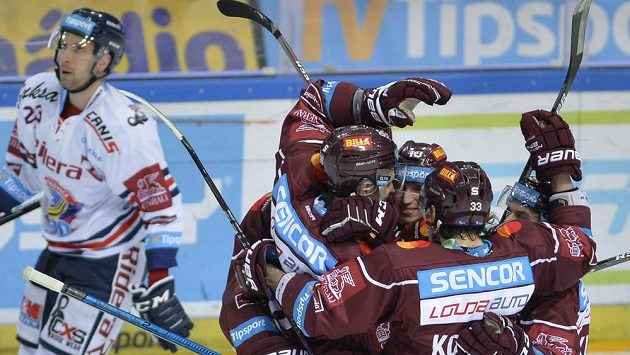 Hráči Sparty se radují z gólu proti Vítkovicím.