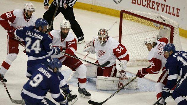 Mrázek v ohni. Hokejisté Lightning na bránu Red Wings bušili, jak jen to šlo, ale gól jim to nepřineslo.