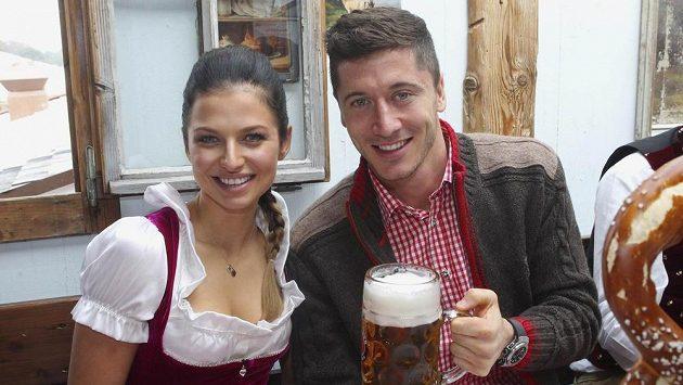 Útočník Bayernu Mnichov Robert Lewandowski s manželkou Annou Stachurskou na Oktoberfestu.