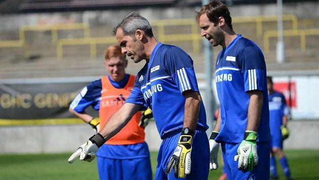 Trenér brankářů Chelsea Christophe Lollichon (vpředu) a Petr Čech během tréninku s mladými brankáři v rámci své fotbalové školy na Strahově.