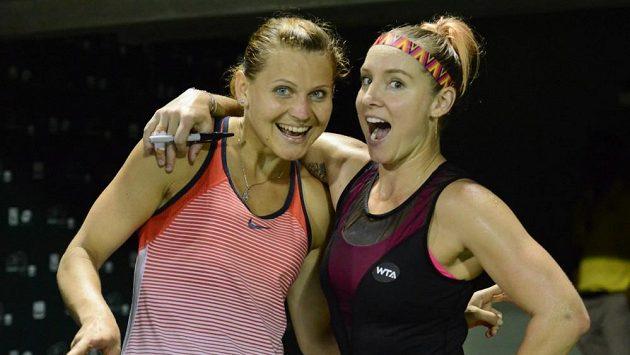 Česká tenistka Lucie Šafářová (vlevo) s Američankou Bethanií Mattekovou-Sandsovou na turnaji v Miami.