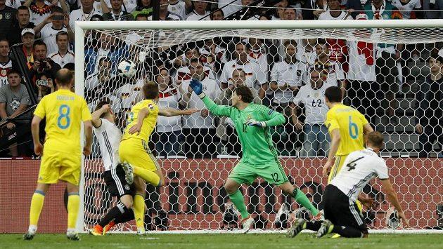 Shkodran Mustafi posílá Německo do vedení v zápase s Ukrajinou.