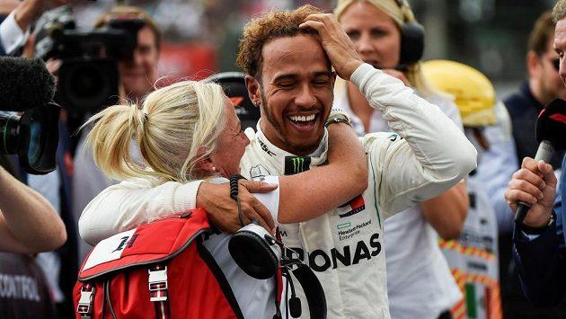 Jako kdyby Lewis Hamilton nedokázal uvěřit tomu, že se popáté v kariéře stal mistrem světa v F1.