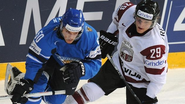 Lotyšský obránce Ralfs Freibergs (vpravo) v souboji s Juhamattim Aaltonenem z Finska.
