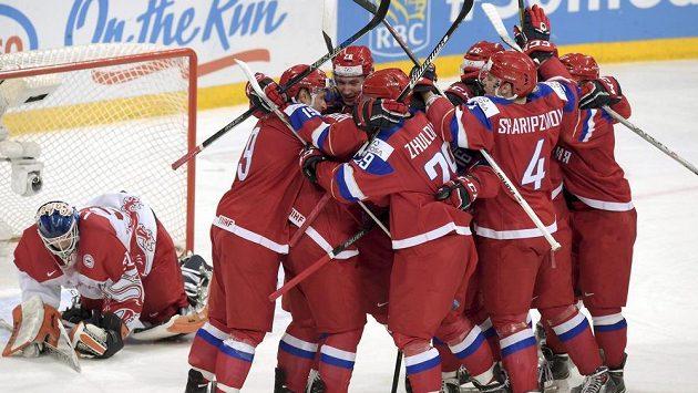 Hokejisté Ruska oslavují postup do semifinále MS hráčů do 20 let. Vlevo je zklamaný dánský brankář Thomas Lillie.