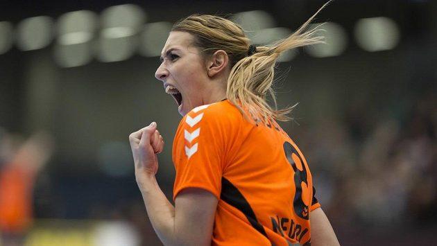 Nizozemská házenkářka Lois Abbinghová při utkání s Francií.