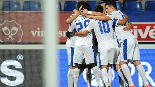 Hráči Slovanu Liberec se radují z gólu v Evropské lize.