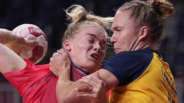 Tvrdý souboj mezi Veronicou Krestiansenovou (vlevo) z Norska a Švédkou Jenny Carlsonovou v utkání o bronz v olympijském turnaji házenkářek.