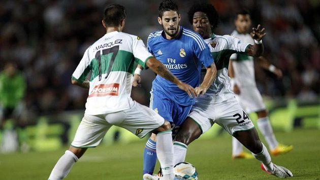 Isco z Realu Madrid prochází obranou týmu Elche.