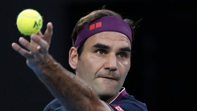 Švýcar Roger Federer podává v duelu se Srbem Novakem Djokovičem na Australian Open.