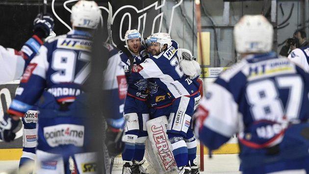 Hráči Brna se radují z vítězství. Uprostřed zleva Michal Gulaši a Hynek Zohorna.