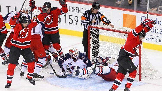 Radost hokejistů New Jersey z vyrovnání v duelu s Columbusem. Vlevo v červeném asistenti Jaromír Jágr a Marek Židlický, vpravo střelec Adam Henrique.