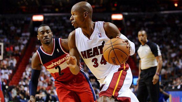 Hráč Miami Heat Ray Allen (34) uniká Johnu Wallovi (2) z Washingtonu.