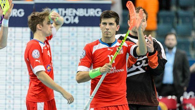 Tomáš Sladký děkuje fanouškům po prohraném semifinále s Finskem, za ním Patrik Dóža a brankář Tomáš Kafka.