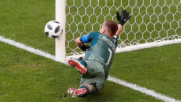 Ruský gólman Igor Akinfejev na tečovanou střelu Diega Laxalta nedosáhl a podruhé musel pro míč do sítě.