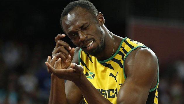 Usain Bolt gestikuluje před startem rozběhů na dvoustovce.