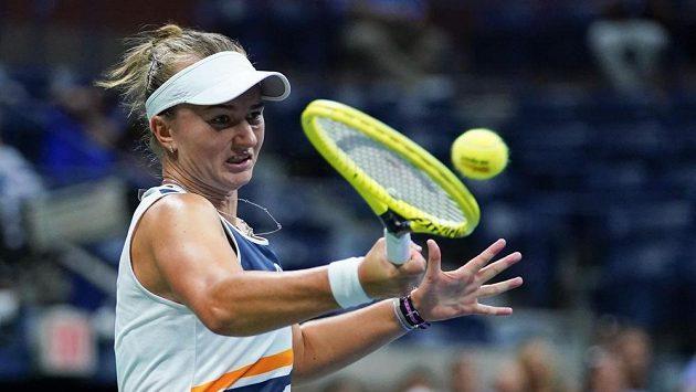 Barbora Krejčíková při zápase s Běloruskou Arynou Sabalenkovou.