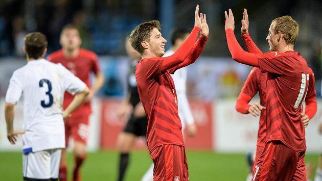 Michal Sáček (vlevo) a Ondřej Mihálik oslavují gól na 2:0 v utkání se San Marinem.