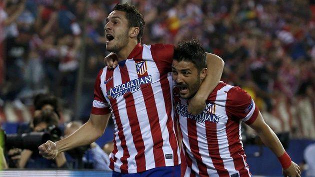Úspěšný střelec Atlétika Madrid Koke a jeho spoluhráč David Villa (vpravo) se radují z vedoucího gólu v odvetě čtvrtfinále Ligy mistrů proti Barceloně.