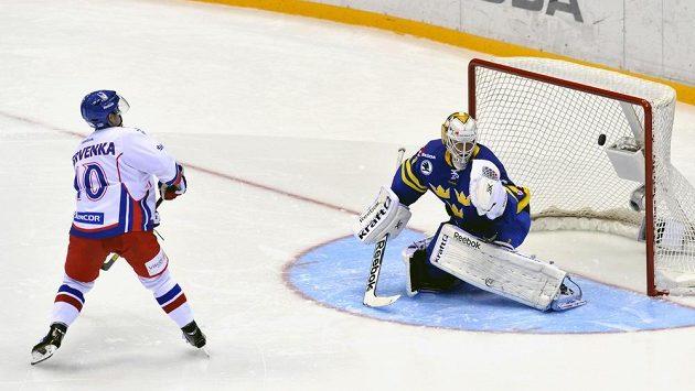 Roman Červenka překonává v samostatných nájezdech švédského gólmana Karlssona.
