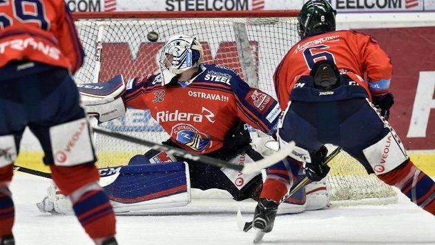 Brankář Vítkovic Patrik Bartošák dostává druhý gól.
