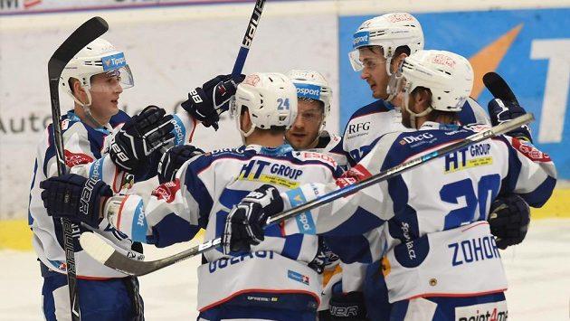 Hráči Brna se radují z druhého gólu na ledě Vítkovic. (ilustrační foto)