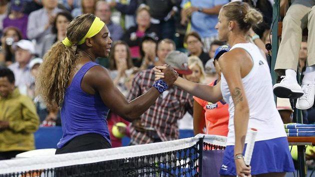 Česká tenistka Karolína Plíšková (vpravo) si po zápase podává ruku s Američankou Serenou Williamsovou.