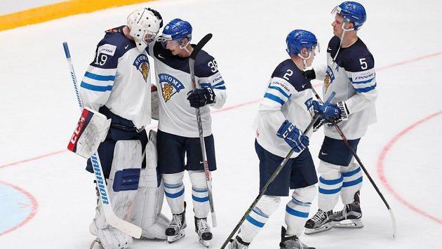 Hokejisté Finska slaví vítězství nad Běloruskem.
