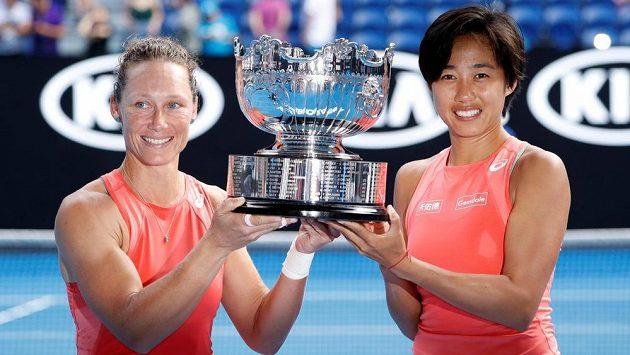 Samantha Stosurová (vlevo) a Čang Šuaj s trofejí pro vítězky čtyřhry na Australian Open.