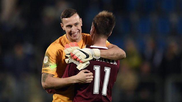 Brankář Sparty Marek Štěch a Lukáš Mareček oslavují vítězství v utkání 14. kola Synot ligy na Slovácku.